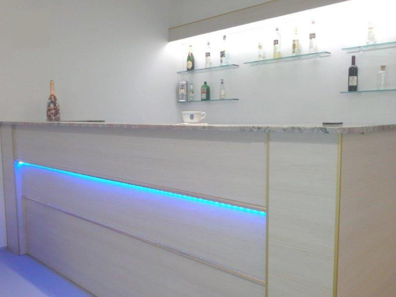 Banco bar multicolor prezzo comprensivo di banco for Banchi bar e arredamenti completi